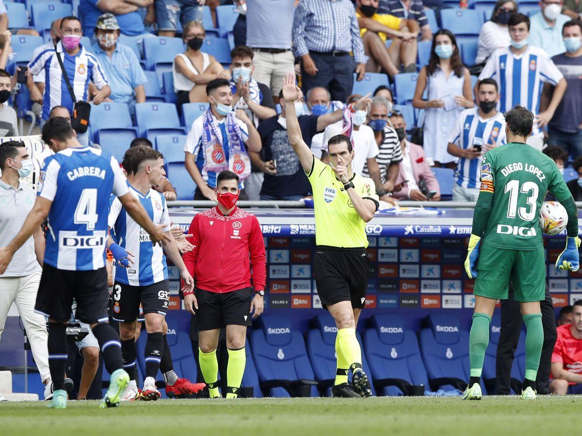 Foto: José Luis Munuera Montero anula el primer gol de Thomas Lemar. (Reuters)