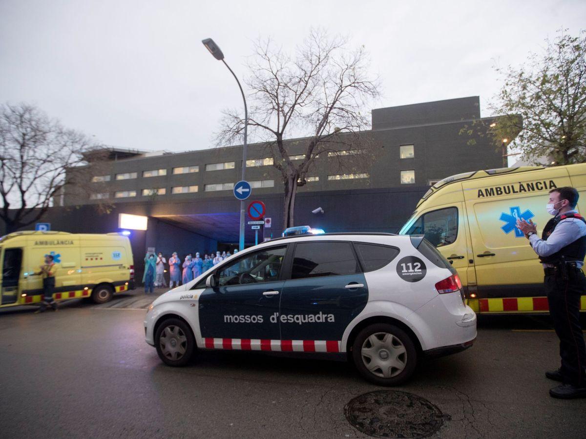 Foto: Una patrulla de los Mossos d'Esquadra entre ambulancias. (EFE)