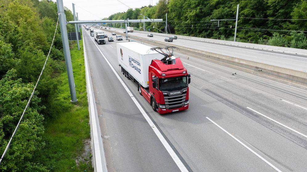 Foto: Camión circulando con el pantógrafo desplegado por una 'eAutovía' alemana. (Siemens)