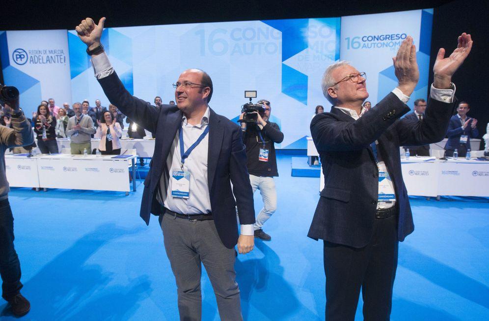 Foto: El presidente del PP de Murcia, Pedro Antonio Sánchez, con su antecesor, Ramón Luis Valcárcel, el pasado 18 de marzo. (EFE)