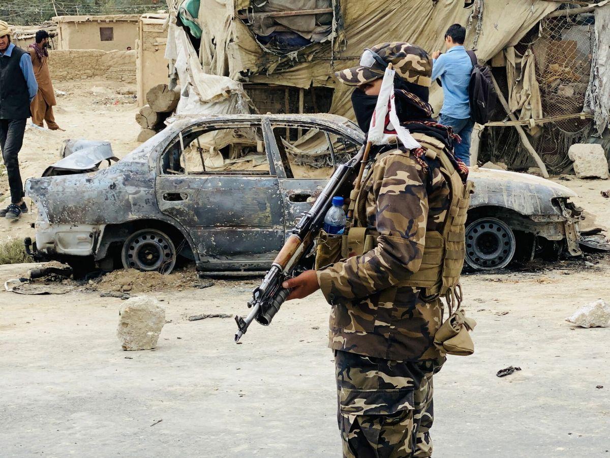 Foto: Un talibán hace guardia frente al aeropuerto de Kabul. (EFE)