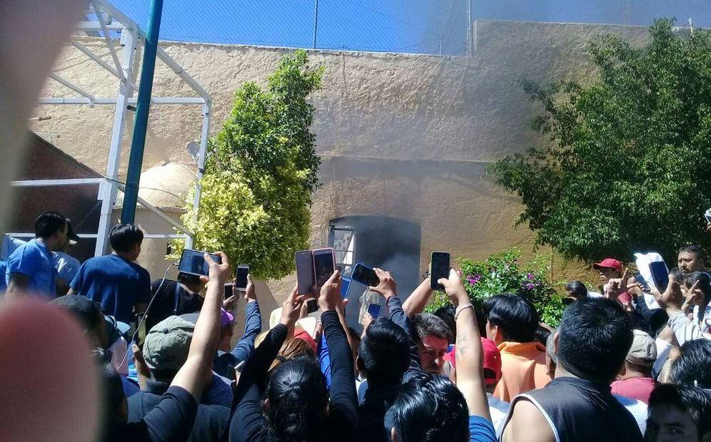 Foto: La multitud graba el linchamiento de Ricardo y Alberto Flores en San Vicente Boquerón.
