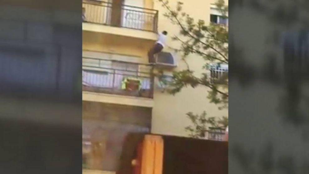 Un hombre trepa por la fachada de un edificio para ayudar a una vecina durante un incendio en Bormujos