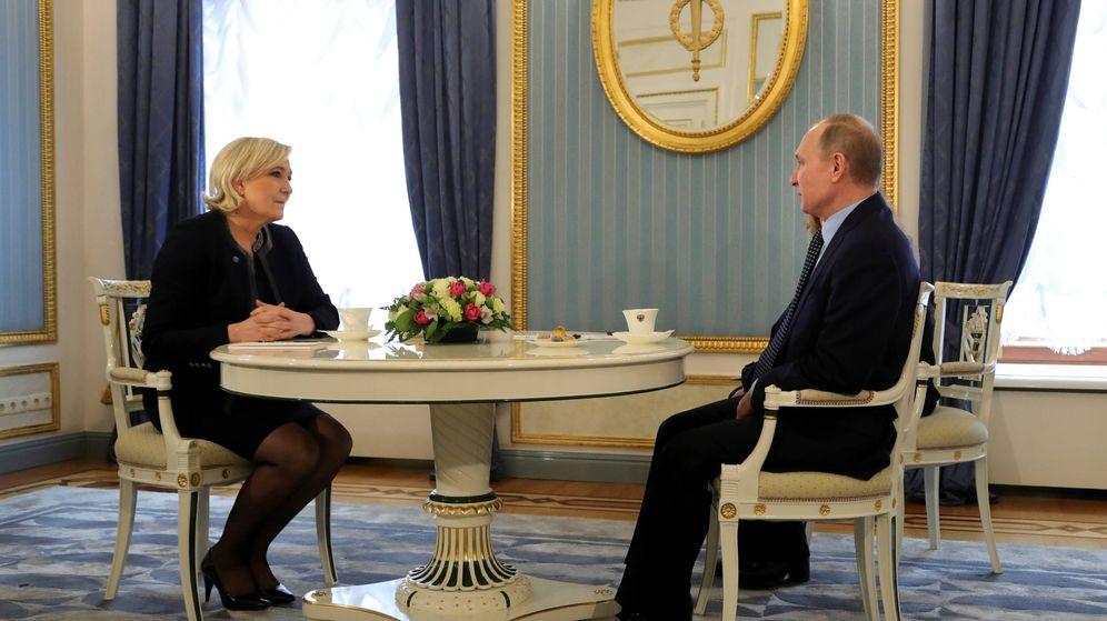 Foto: El presidente ruso Vladimir Putin con Marine Le Pen durante una reunión en Moscú, el 24 de marzo de 2017. (Reuters)