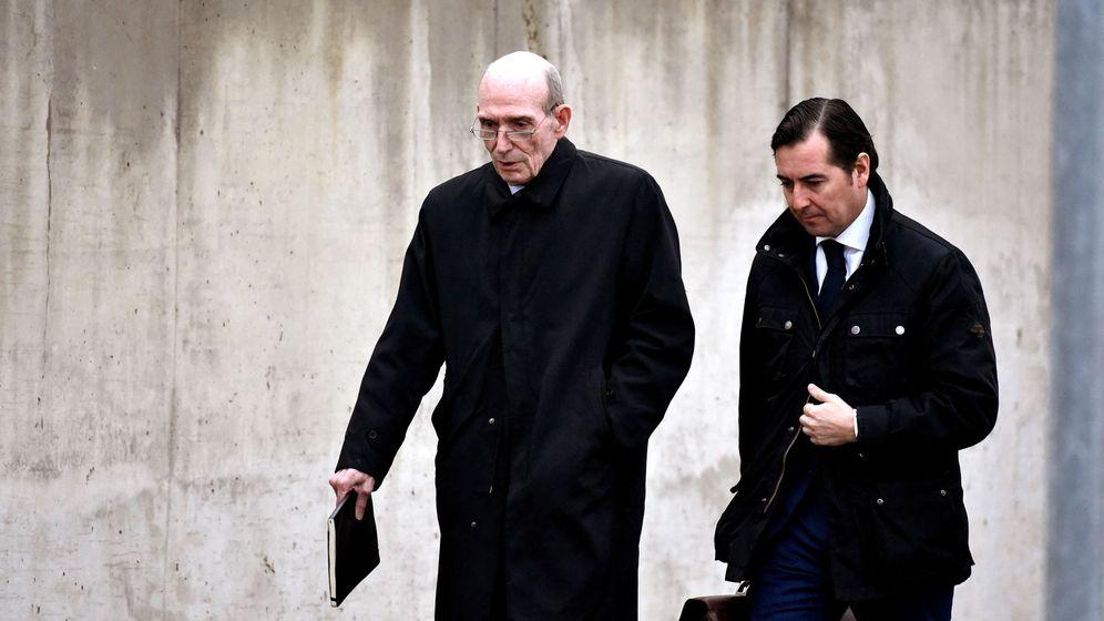 Foto: José Manuel Fernández Norniella junto a su abogado.