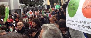 Foto: Escrache de decenas de personas en casa de Soraya Sáenz de Santamaría