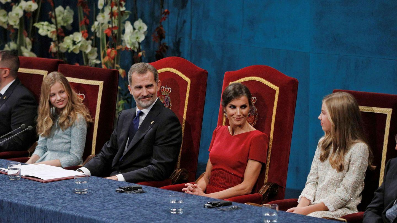 Los reyes Felipe y Letizia y sus hijas,  durante la ceremonia de entrega de los Premios Princesa de Asturias 2019. (EFE)