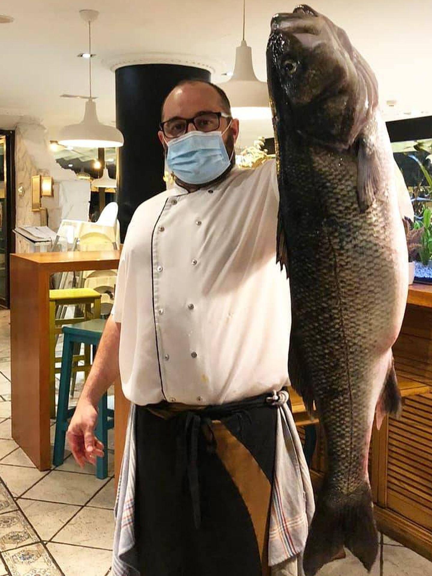 Luis Arbildúa, con una lubina de 7 kilos.