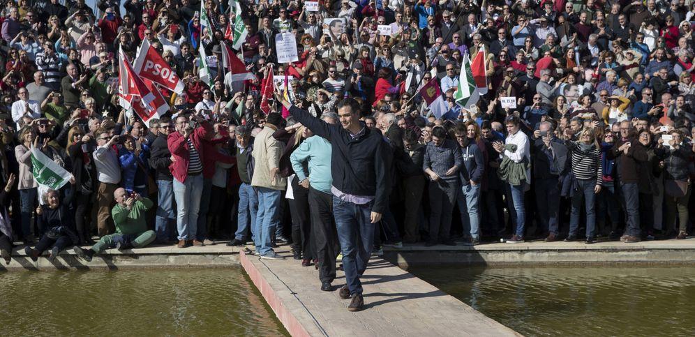 Foto: Pedro Sánchez saluda a la gente que ha acudido al acto del socialista en Dos Hermanas para anunciar su candidatura a las primarias del PSOE.(EFE)