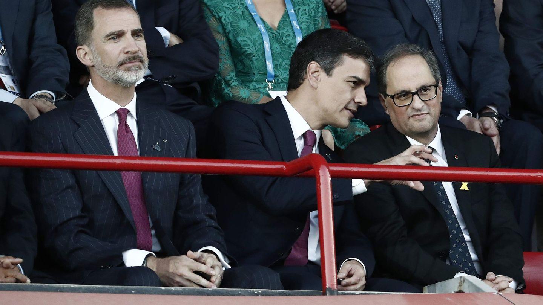 Felipe VI, junto a Pedro Sánchez y Quim Torra, durante la inauguración de los Juegos Mediterráneos. (EFE)