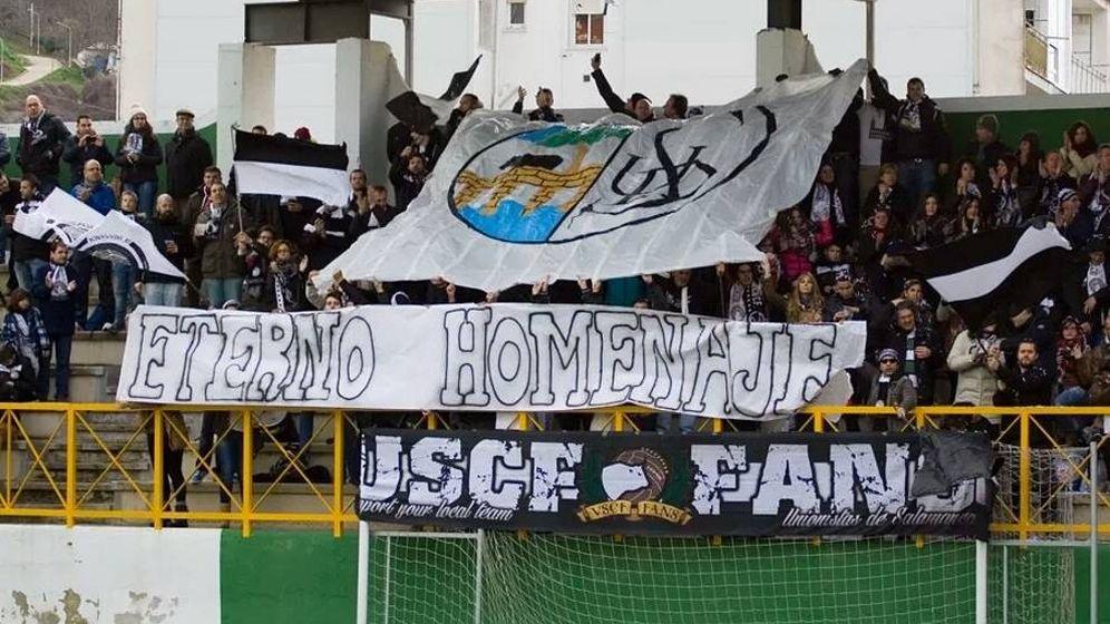 Foto: Aficionados de Unionistas despliegan una pancarta con el escudo de la UD Salamanca. (Foto: Unionistas CF)