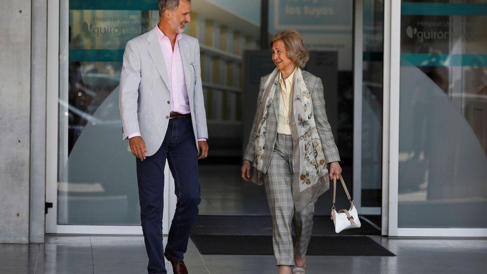 Foto: El rey Felipe VI y la reina Sofía abandonan este sábado el Hospital Clínico Quirón de Pozuelo de Alarcón. (EFE)