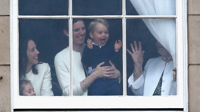 María Teresa Turrión sostiene en brazos al príncipe George. (Reuters)