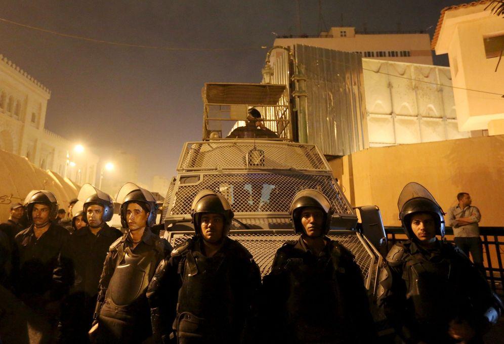 Foto: Agentes antidisturbios custodian la sede de los servicios de seguridad para evitar que sea asaltado por manifestantes, el 18 de febrero de 2016 (Reuters)