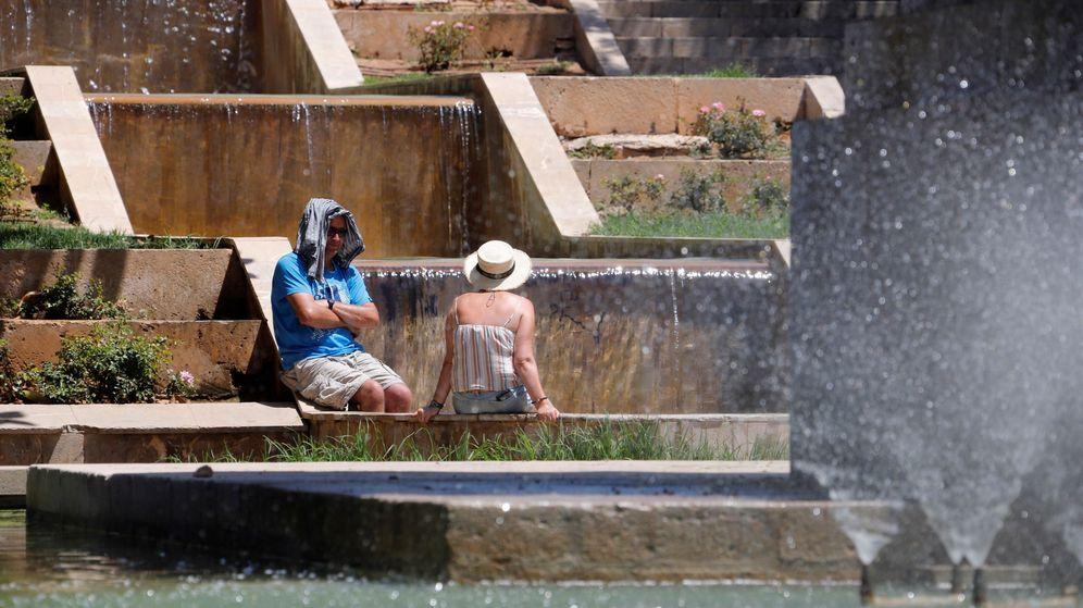 Foto: Ciudadanos refrescandose en una fuente de Palma. (EFE)