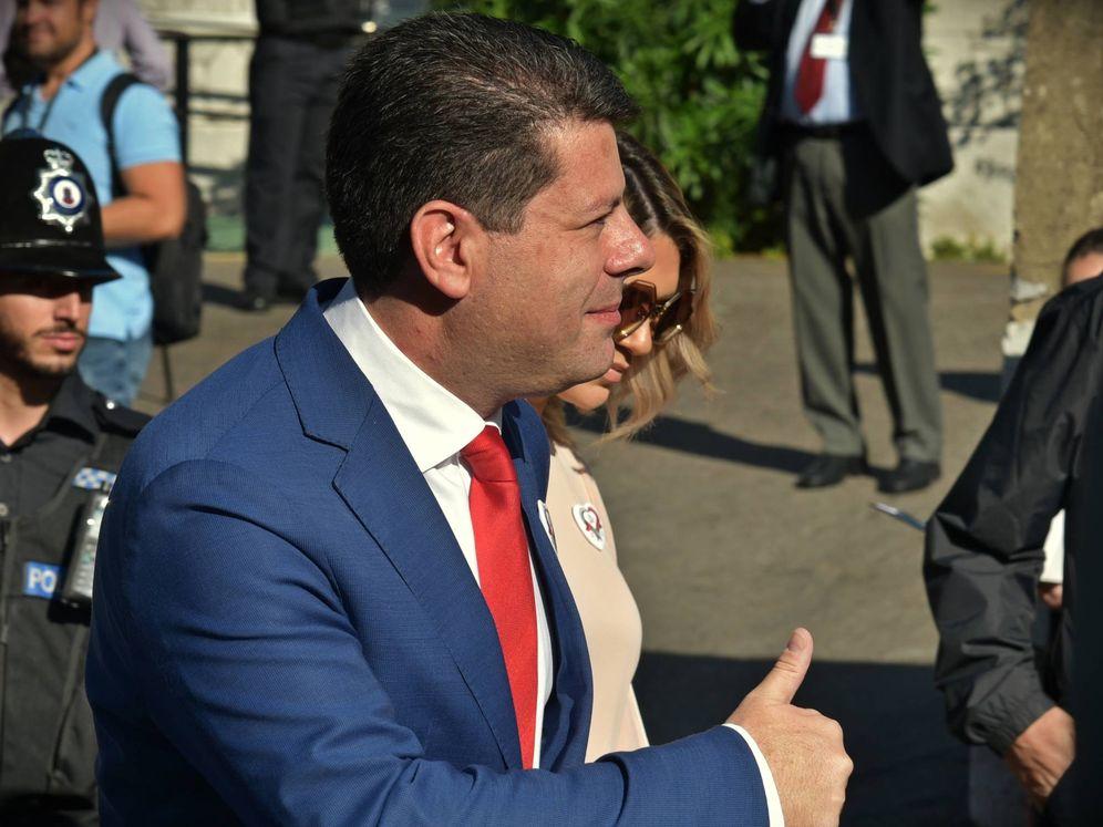 Foto: Fabián Picardo, nada más salir de su colegio electoral en Gibraltar. (Toñi Guerrero)