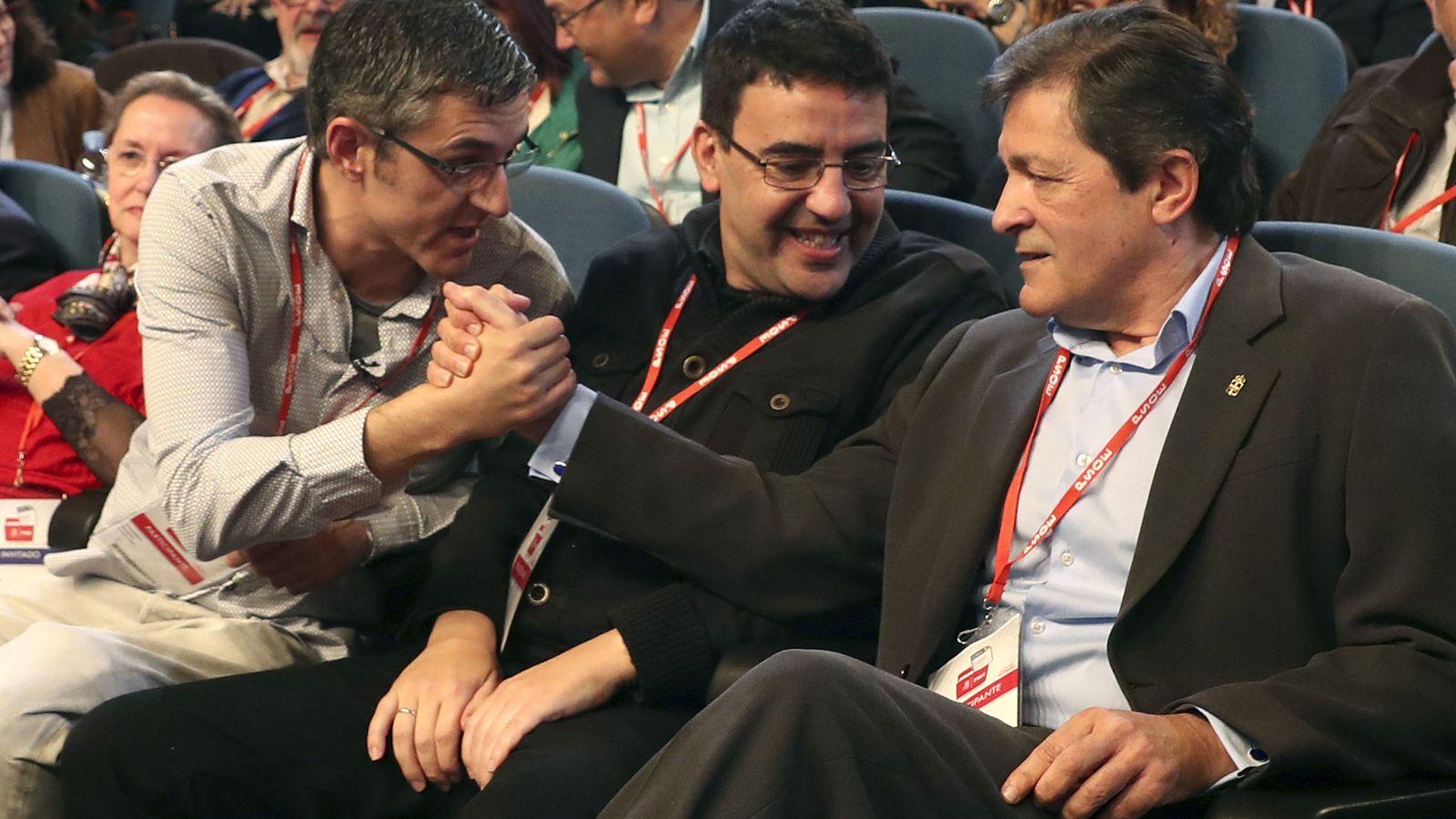Foto: Edu Madina y Javier Fernández se estrechan la mano ante Mario Jiménez, este 25 de marzo en el auditorio de la ONCE en Madrid. (EFE)