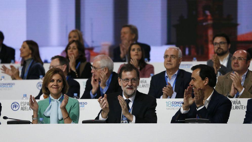 Foto: El presidente del PP y del Gobierno, Mariano Rajoy, arropado al inicio del Congreso por María Dolores de Cospedal y Fernando Martínez-Maillo. (EFE)