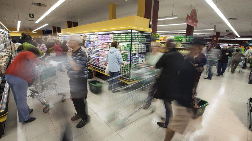 Foto: Multitud de personas llenan su carro de la compra en Mercadona (EFE)