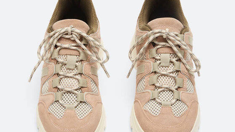 Zapatillas deportivas de Uterqüe. (Cortesía)