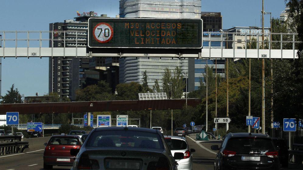 Foto: El Ayuntamiento de Madrid rebaja el tope de velocidad máxima de 90 a 70 kilómetros por hora en la M-30 y los accesos a la ciudad con motivo de la alta contaminación. (Efe)