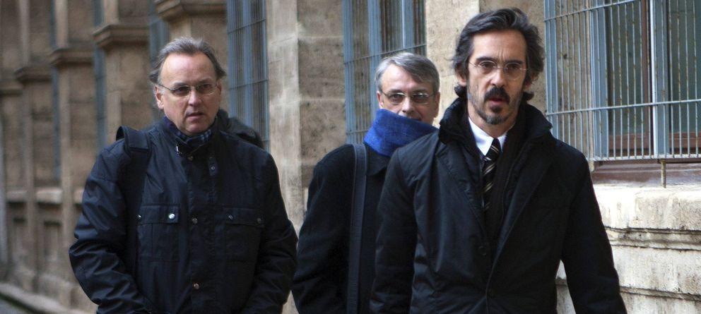 Foto: El excontable Marco Antonio Tejeiro (i) con su abogado (d) (Efe)