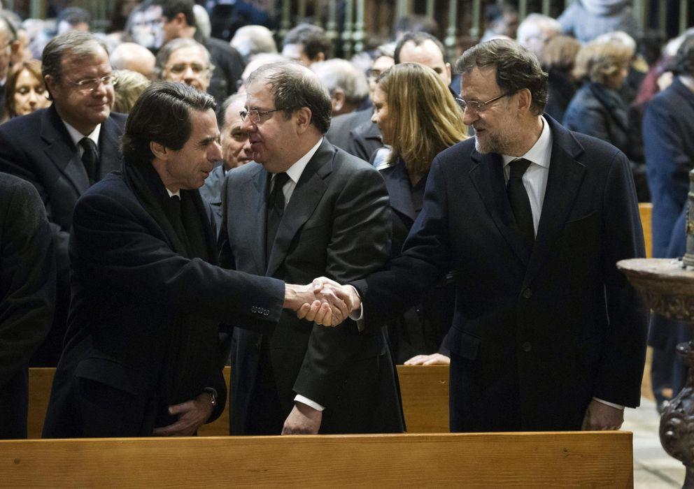 Foto: Mariano Rajoy (d) saluda al expresidente José María Aznar (i) en presencia del presidente de Castilla y León, Juan Vicente Herrera. (EFE)