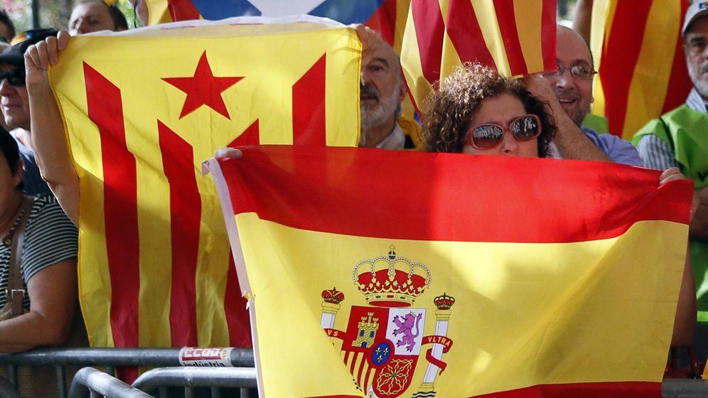 Foto: Una bandera española, junto a una bandera separatista catalana. (Reuters)