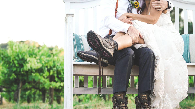 Novia con botas. (Fotografía de Eric Ward para Unsplash)