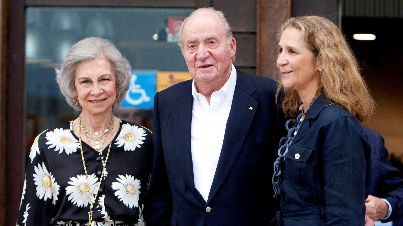El rey Juan Carlos, la reina Sofía y la infanta Elena, a su llegada al Real Club Náutico de Sanxenxo. (EFE)