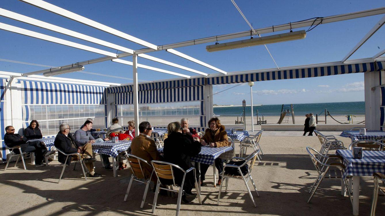¿Cuánto dinero gastan los españoles en comida durante sus vacaciones?