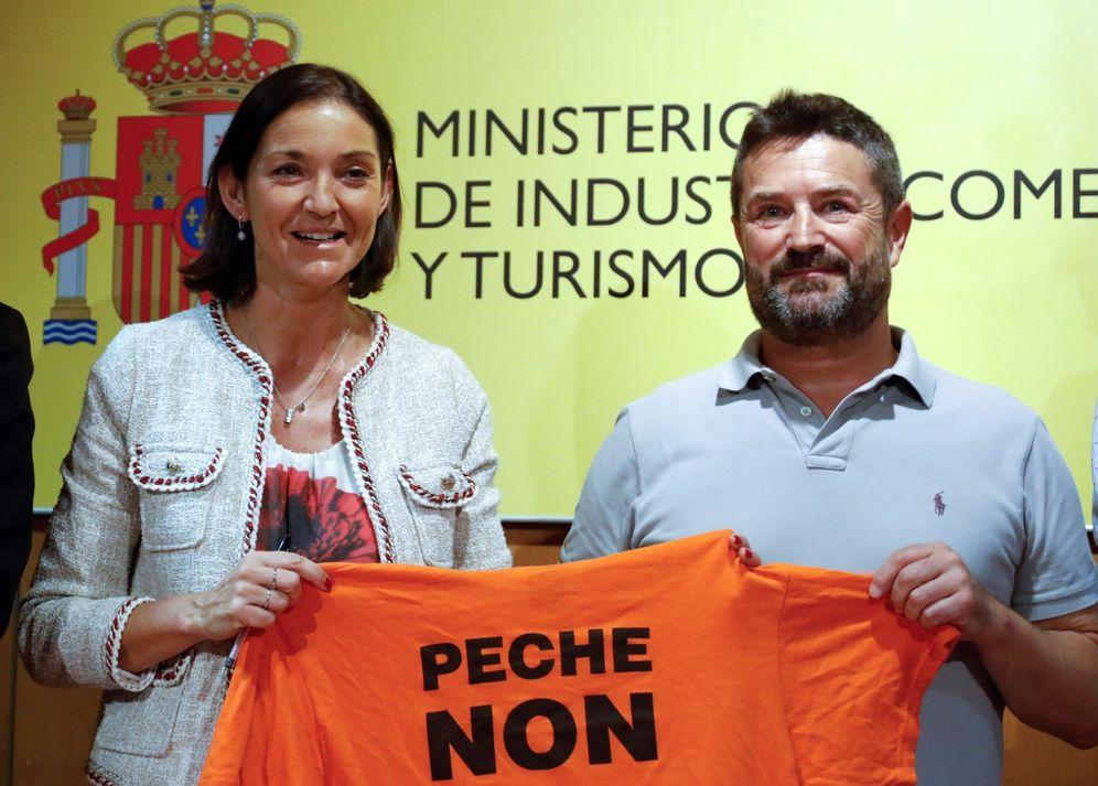 Foto: Juan Carlos López (d), del comité de empresa de Alcoa Coruña, y la ministra de Industria, María Reyes Maroto (i), durante la rueda de prensa tras la reunión en la sede del Ministerio de Industria en Madrid. (EFE)