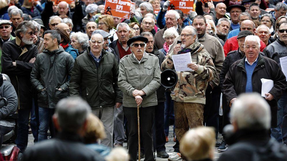 Foto: Concentración de pensionistas en Pamplona en defensa del sistema público de pensiones. (EFE)
