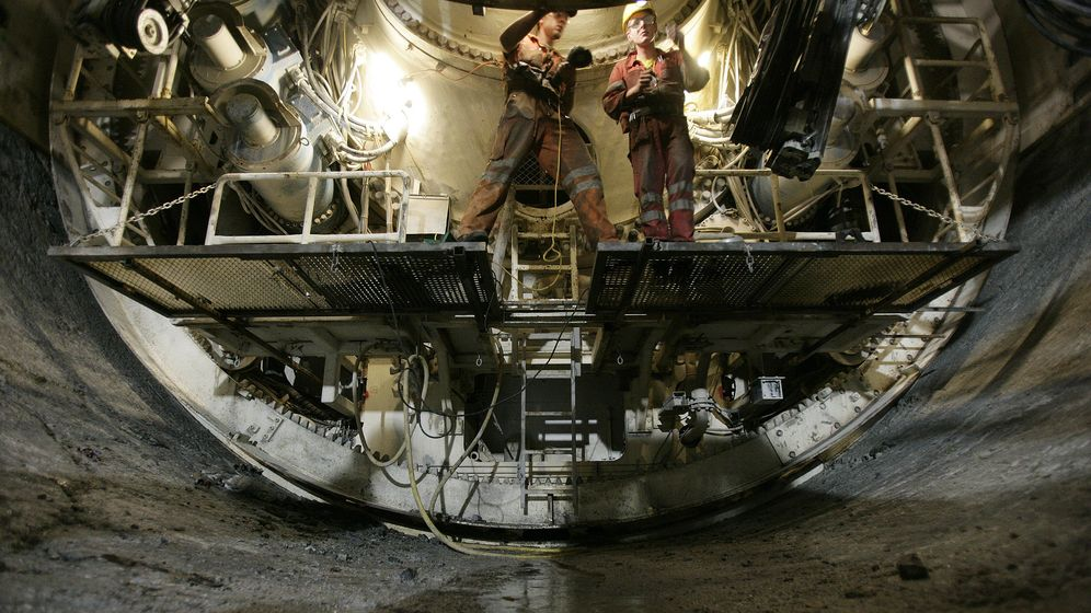 Foto: Unos operarios trabajan en la construcción del túnel de San Gotardo, de características similares al de Pajares. (Reuters)