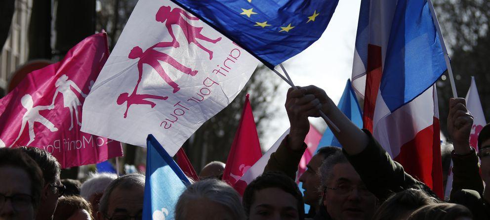 Foto: Banderas francesas y de la Unión Europea durante la protestas de La Manif pour Toues en París. (Reuters)