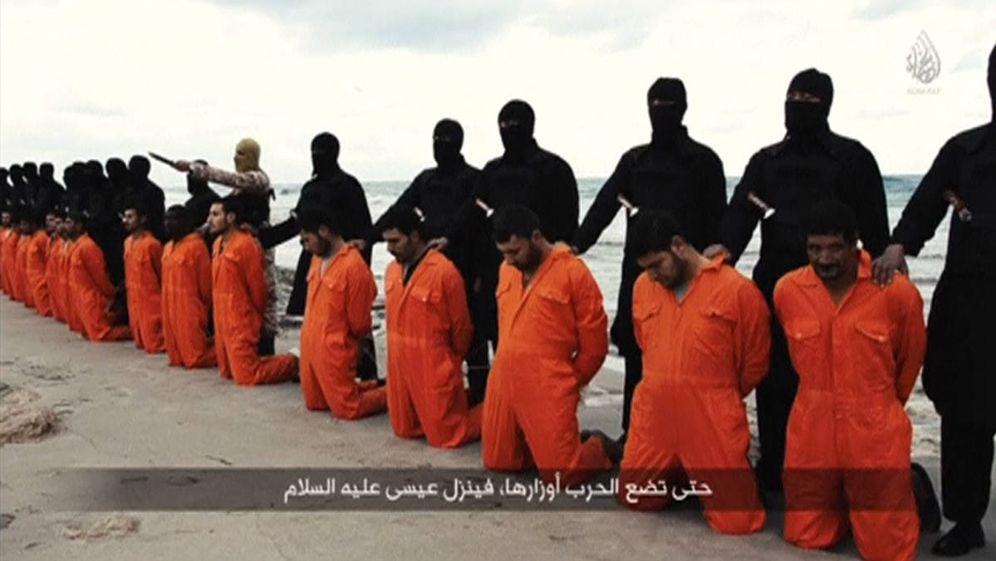 Foto: Milicianos del Estado Islámico a punto de ejecutar a cristianos egipcios en una playa cercana a Trípoli, en una imagen difundida por el ISIS. (Reuters)