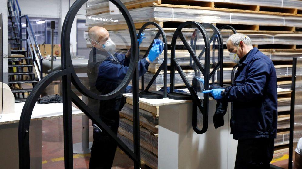 Foto: Una empresa de Móstoles reorienta su negocio apostando por las mamparas. (EFE)