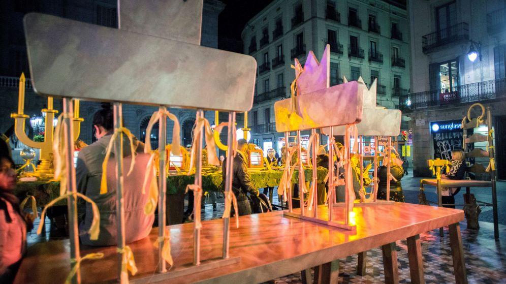 Foto: Miembros de los Comités de Defensa de la República ponen lazos amarillos en el Belén de la Plaza de Sant Jaume. (EFE)