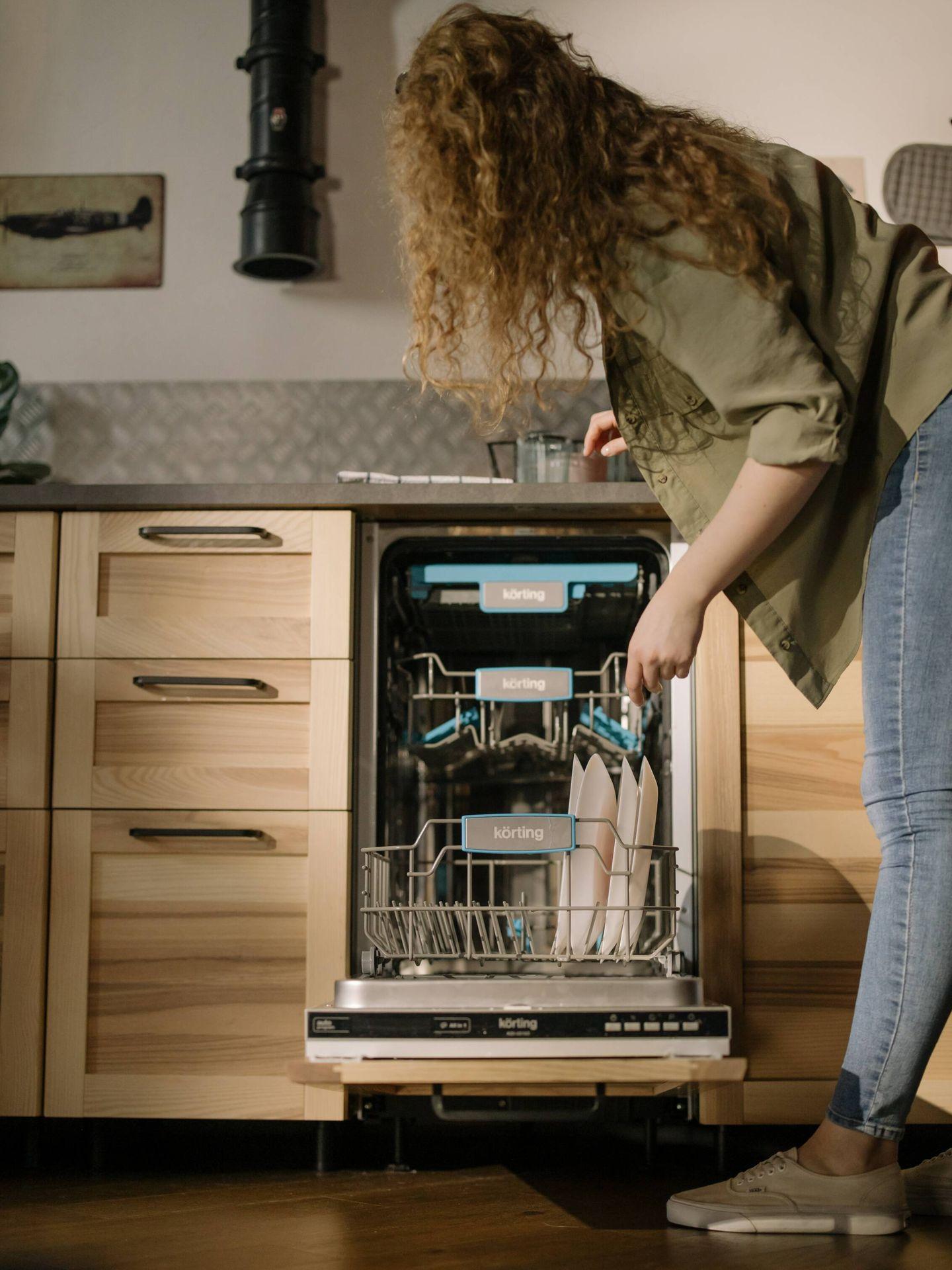 Añade actividades de limpieza a tus rutinas diarias según el método FlyLady. (Cottonbro para Pexels)