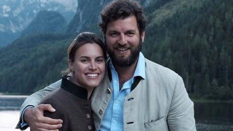 Alana Bunte y el príncipe Casimir en la foto oficial con la que anunciaron su compromiso.