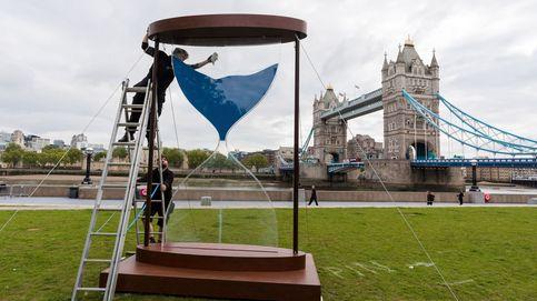 Instalación de un reloj de arena en Londres y desahucio en Poble Sec: el día en fotos