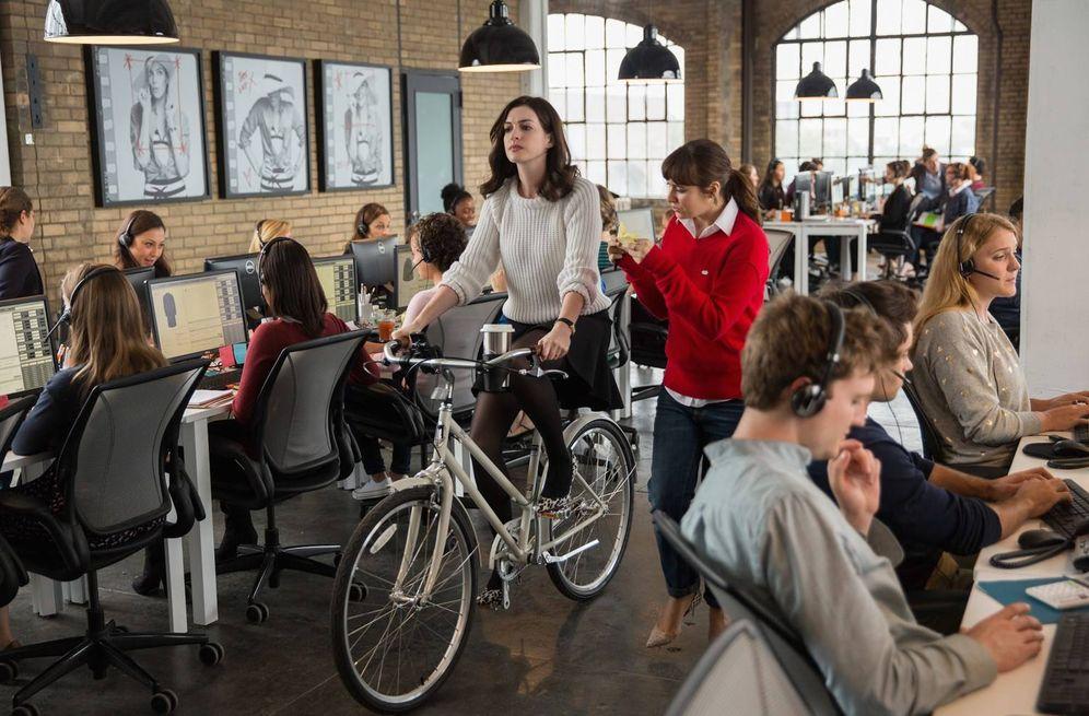 Foto: No hace falta llegar tan lejos como en la película 'El becario'. Lo de la bici dentro de la oficina ya es excesivo.
