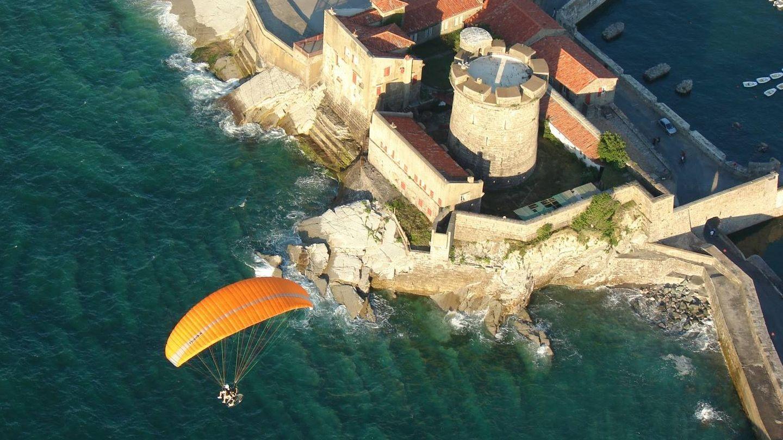 Volando sobre el fuerte Sokoa en Ciboure. (Foto: Turismo San Juan de Luz)