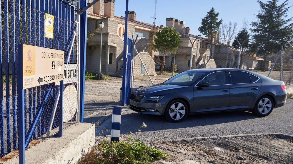Foto: EL coche de Iñaki Urdangarin, a las puertas de la cárcel de Brieva. (EFE)