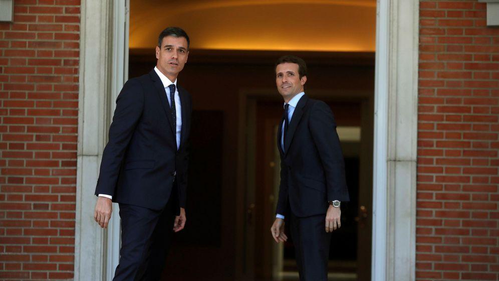 Foto: El presidente del Gobierno, Pedro Sánchez (i), recibe al líder del PP, Pablo Casado (d). (EFE)