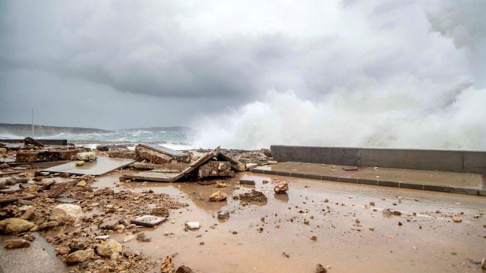 Foto: El fuerte oleaje afecta a varias viviendas y derrumba un muro en la urbanización de Síalgar, en el municipio de Sant Lluìs, en Menorca. (EFE)