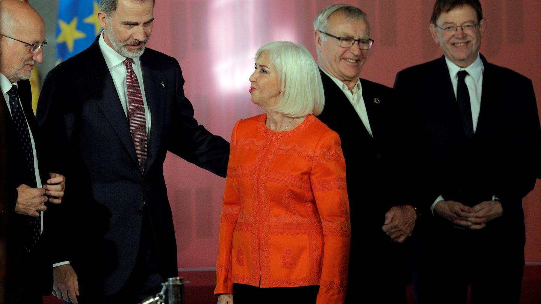 El rey Felipe tiene un gesto cariñoso hacia Hortensia Herrero en presencia de Roig. (EFE)