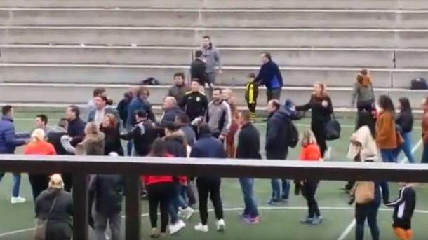 Foto: Uno de los momentos de la pelea de padres en Valencia.
