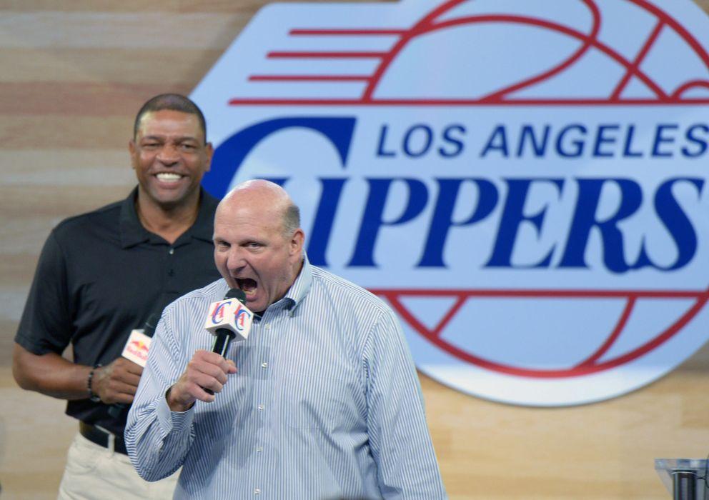 Foto: Steve Ballmer, junto al entrenador Doc Rivers, durante el 'Clippers Fan Festival' que sirvió para presentarse en sociedad ante los fans. (REUTERS)