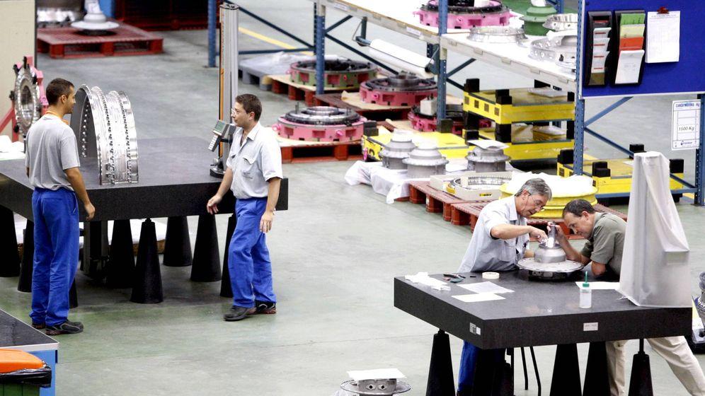 Foto: Trabajadores de una planta de ITP Aero en Zamudio. (EFE)